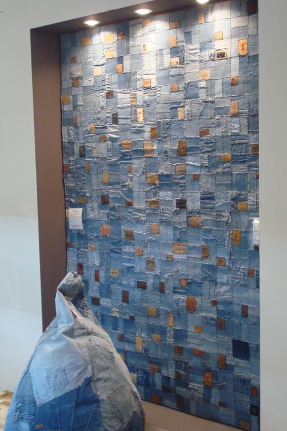 فرش تهیه شده از تکه های پارچه های جین ضایعاتی